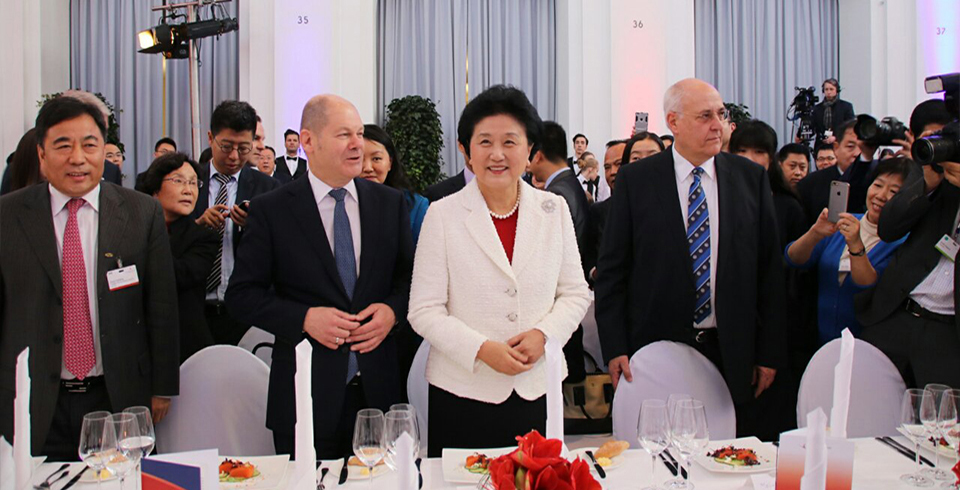 2016.11.24 Hunational Group participated in the Seventh China-EU Forum Hamburg Summit held by the Chinese delegation headed by Vice Premier Liu Yandong at the Hamburg Chamber of Commerce in Germany and delivered a keynote speech.