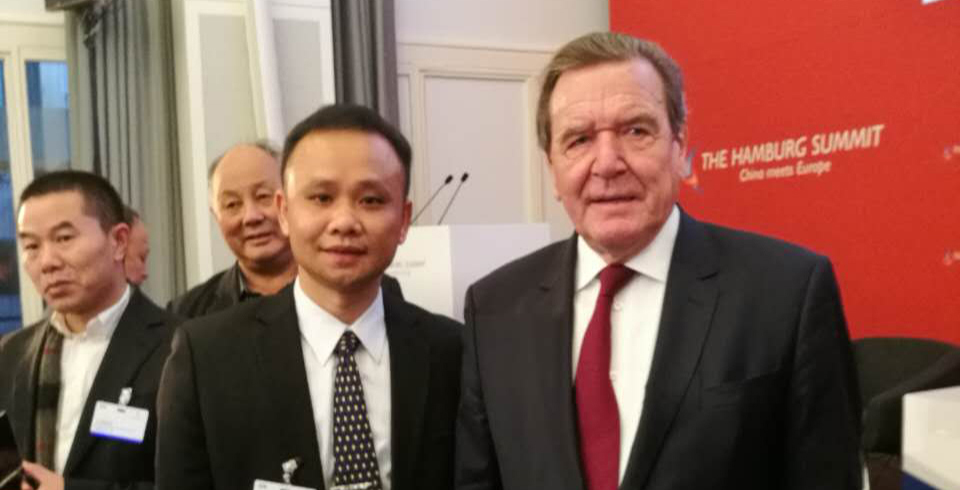 2016.11.24 Chairman of the Hunational Group Feng Jiacheng and former German Chancellor Gerhard Schroeder take a picture at the Seventh China-EU Forum Hamburg Summit.